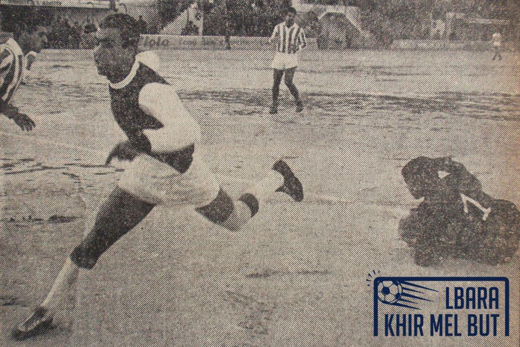 Le gardien du CRB, Nassou, s'empare de la balle devant Aouar du NAHD.