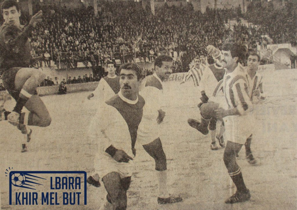 Action de jeu entre le CRB et le NAHD. De gauche à droite : Ouchen, Youcef, Yahia, Boudissa, Mouhoub, Lalmas.