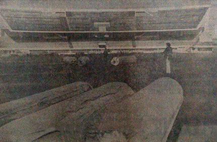 Pose des tapis de tartan au stade de Bologhine en 1975.