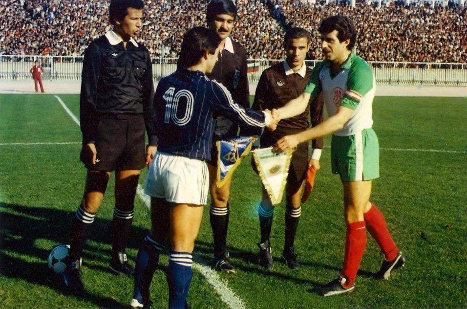 Échange de fanions entre Ali Fergani et Alain Giresse, lors du match amical entre l'Algérie et les Girondins de Bordeaux, le 8 janvier 1982, au stade du 5-Juillet-1962.