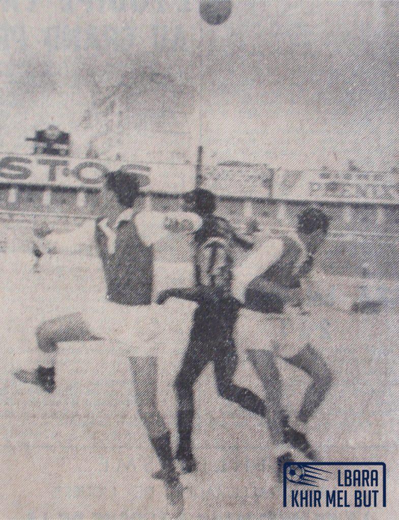 Les défenseurs du CRB, Kadri (à gauche) et Ouazane (à droite), au duel avec l'attaquant de l'USMA, Bernaoui (au milieu).