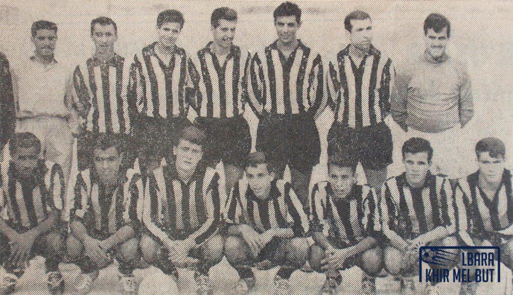 Photo d'équipe de l'USMA. Debout de gauche à droite : ?, Djemâa, Kerkouche, Aftouche, Salah, Chabri, Osmane. Accroupis de gauche à droite : Bernaoui, Rebbih, Meziani, Hammar, Talbi, Djermane, Madani.